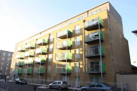 **A stylish & modern 2 bedroom 2 bathroom situated just a short walk away from Mile end station**
