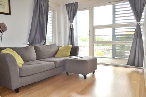 **Very nice apartment with an open-plan space with a private wrap around terrace in Mile end**