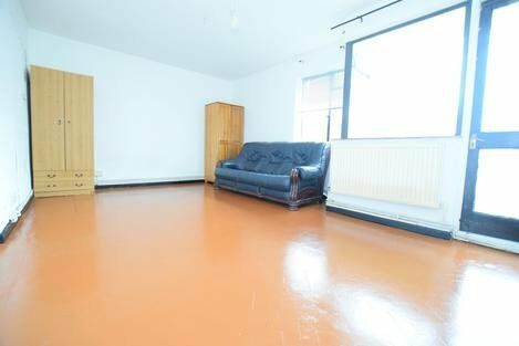 Spacious studio flat minutes from oval station!!!