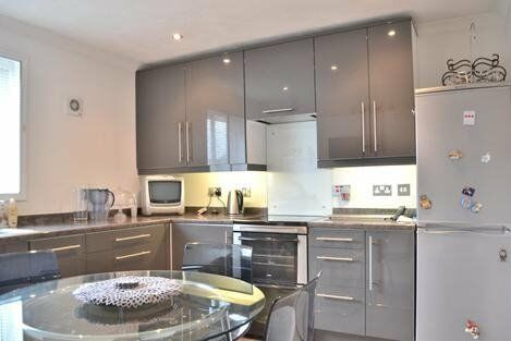 *Beautiful large apartment on the top floor with balcony in popular E3 area*