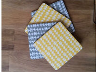 4 coasters (2 grey 2 yellow)