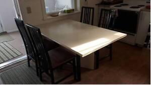 Table de cuisine (très propre + très bonne état!)