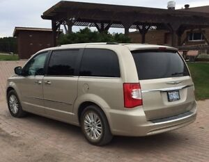 2014 Chrysler Town & Country loaded Minivan, Van