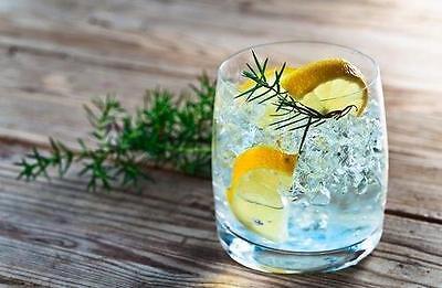 Das sieht nach Meer aus: Mit dem blauen Gin Tonic holst Du Dir Urlaubsfeeling auf den Gartentisch