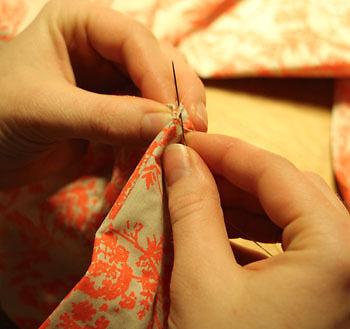 Erfordert Fingerspitzengefühl: Die letzte kleine Öffnung wird per Hand zusammengenäht. (Copyright: Sina Huth)