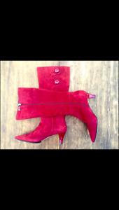 Bottes aux genoux en suède rouge Tahari - neuves !