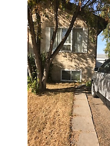 Half Duplex in Glendale with garage available Oct. 1st
