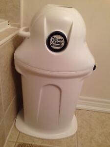 Good condition diaper champ bin for clean disposal of diapers. T