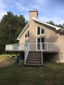 Maison à louer style chalet avec garage bord de rivière