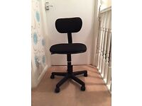 BLACK FABRIC OFFICE/DESK CHAIR. ADJUSTABLE.