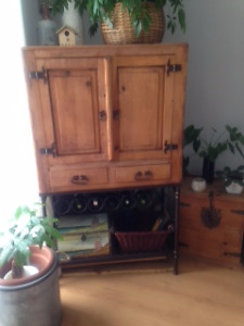 Bar de rangement antique en superbe condition