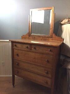Commode antique avec miroir