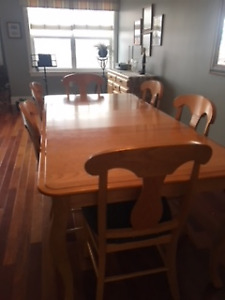 Oak Table, 6 Chairs & Matching Hutch