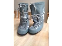 Grey snow boots to fit adults size 5-8