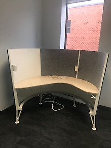 Desk semi enclosed