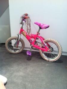BICYCLE POUR FILLE (BARBIES) 5 A 7 ANS A VENDRE 20$ PAYÉ 70$