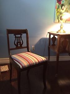 Chaise antique en bois massif avec siège rembourré
