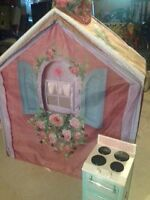 Play House in good condition with play plastic stove