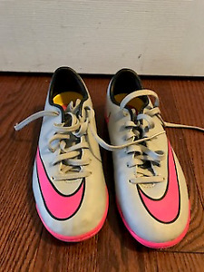 Nike indoor soccer shoes youth size 1