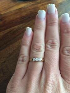 Three stone diamond 14K gold ring