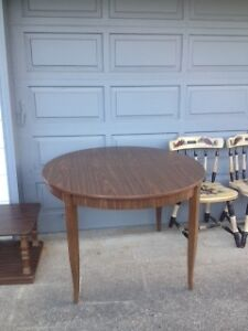 round dining table with 3 chairs