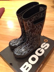 BOGS rainboots // boys youth size 2 // cool flames design