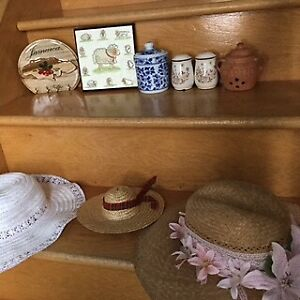 Pots de fleurs/plantes, vases, bibelots, chapeaux décos, etc.