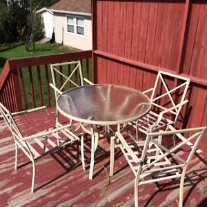 4 CHAIRS AND PATIO TABLE