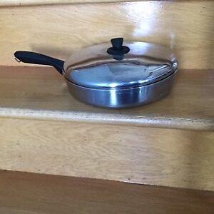 Poêle, moule cheminé, jarre et articles de cuisine