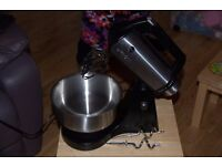 HITACHI 12 SPEED FOOD MIXER IN GWO. STAINLESS STEEL BOWL. WHISKS AND 2 DOUGH HOOKS. EASY POP UP HEAD