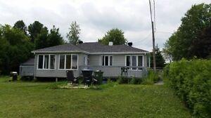 Maison / chalet avec grand terrain et garage