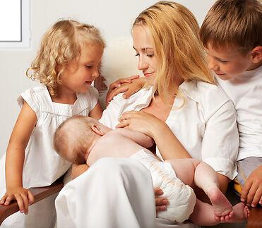 10 Tipps, damit das Stillen für Geschwisterkinder zum Erlebnis wird