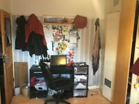 Short-Let: AMAZING DOUBLE ROOM WITH 32 inch TV AVAILABLE IN EXCELLENT LOCATION (Couples welcome)