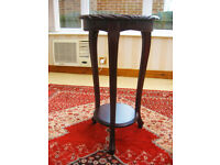 IN EXCELLENT CONDITION – ORNATE TABLE IN SOLID MAHOGANY (CAN DELIVER)