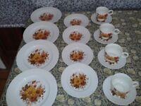 LOVELY VINTAGE 16 PIECE DINNER SET
