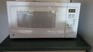 GE Microwave - 1.1 Cu.ft , 1100W