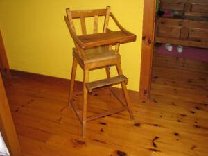Chaise haute antique en bois pour bébé.