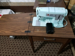 Singer sewing machine + Table