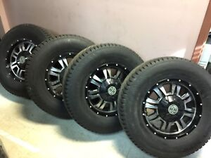 265/70R17 Nokian hiver comme neuf avec Mags HD 1200$