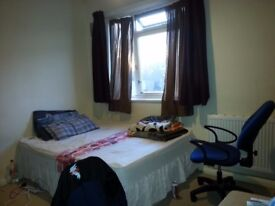 DOUBLE ROOM TO LET IN STRATFORD/ MILE END