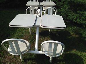Une table et quatre chaises de resto, crémerie, patio ect