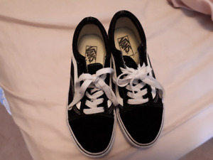 VANS sneakers - women's size 7, men's 5.5