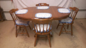 OAK SINGLE PEDESTAL TABLE WITH 4 CHAIRS, 2 LEAFS AND EXTRAS!