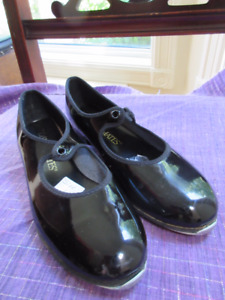 Lovely pair of black patent leather tap shoes Size 1 Dancemates.