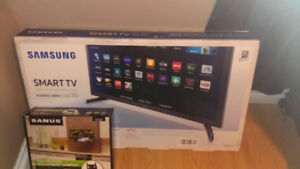 "32"" flat screen tv smart tv samsung with wall mount brand new"