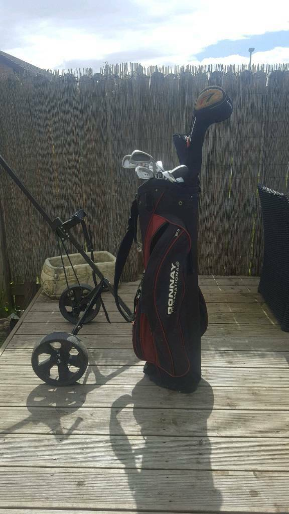 set of donnay golf clubs with Taylor made R7 driver. comes with bag and trolly