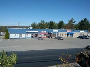Local commercial 1850 pieds carré avec 2 portes garages à loue