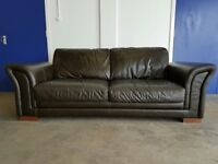 DARK BROWN LEATHER 3 SEATER SOFA / SETTEE / COUCH / SUITE ON WOODEN FEETS DELIVERY AVAILABLE