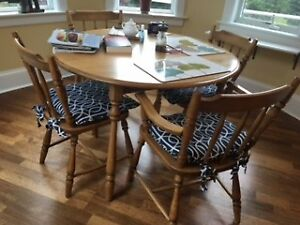 Very Nice Round Wood Table with 6 chairs