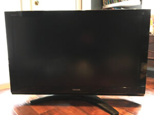 Toshiba TV 46 INCH works great and TV wall mount